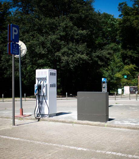 Stad neemt drie nieuwe snelle laadpalen in gebruik voor elektrische voertuigen