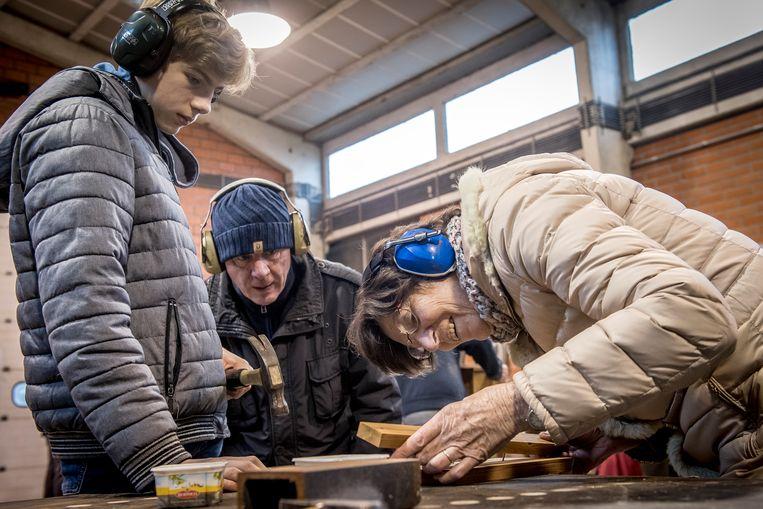 Jong en oud steken de handen uit de mouwen op de 'Kersttimmer-en doe'-activiteit van natuurpunt Mandelstreke in Roeselare.