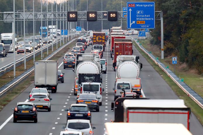 Een bekend beeld van de A58 bij Oirschot; langzaamrijdend verkeer en files.