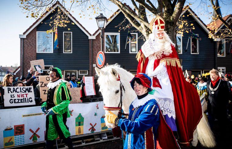 Sinterklaas passeert de demonstranten tijdens de landelijke intocht van Sinterklaas op de Zaanse Schans. Beeld Hollandse Hoogte /  ANP