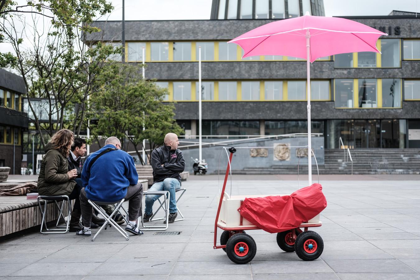 Een bakkie doen voor het gemeentehuis in Doetinchem. Foto: Jan Ruland van den Brink