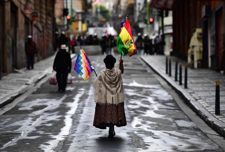 Een aanhanger van ex-president Morales in de straten van La Paz.  Beeld AFP