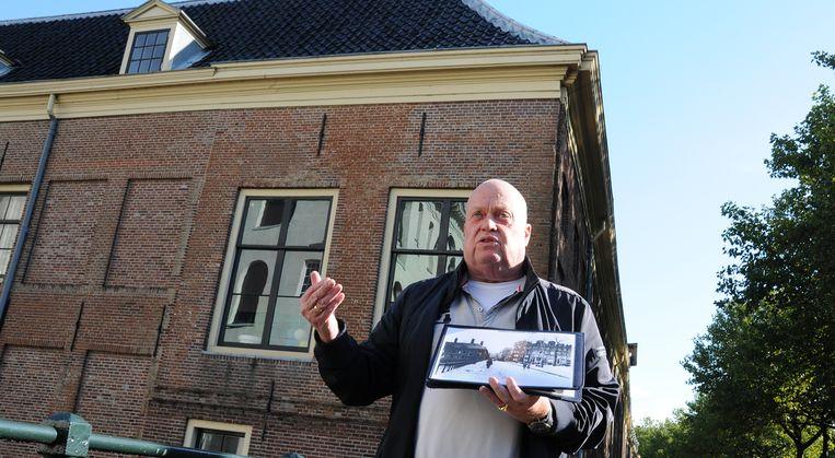 Hans Bartelsman geeft rondleidingen over het Marineterrein. Beeld