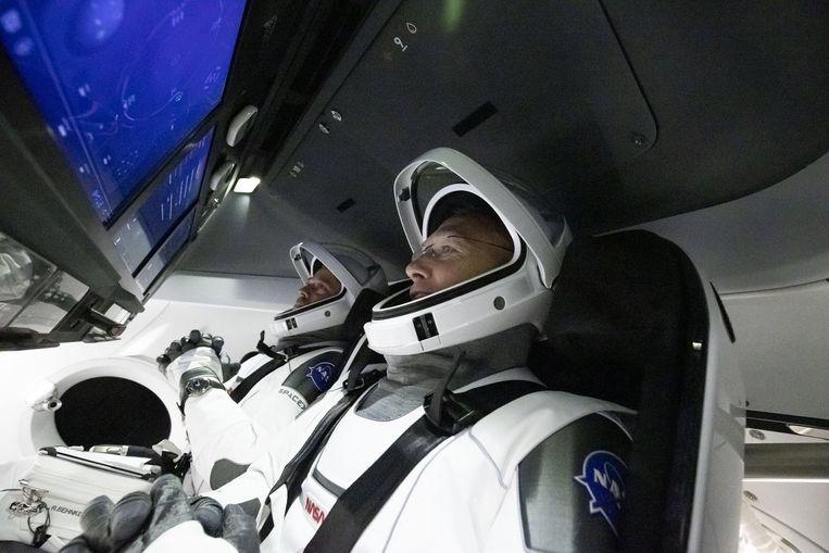 Astronauten Robert Behnken (l.) en Douglas Hurley in de Crew Dragon. Beeld Photo News