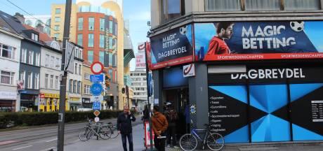 Bediendes krantenwinkel met mes overvallen en vastgebonden: dader spoorloos