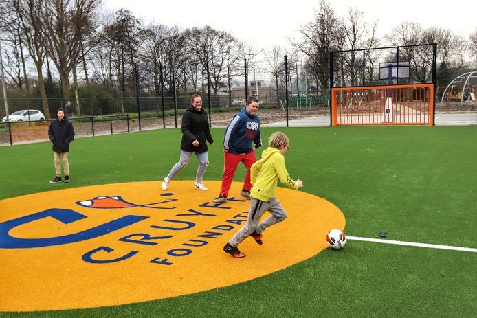 Veel dorpen en steden in Nederland hebben al een Cruyff Court. Arkel krijgt er dankzij voetballer Frenkie de Jong ook een.