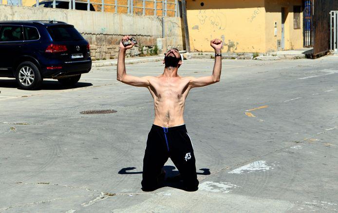 Een man balt zijn vuisten nadat hij al zwemmend Spaans territorium is binnengekomen.