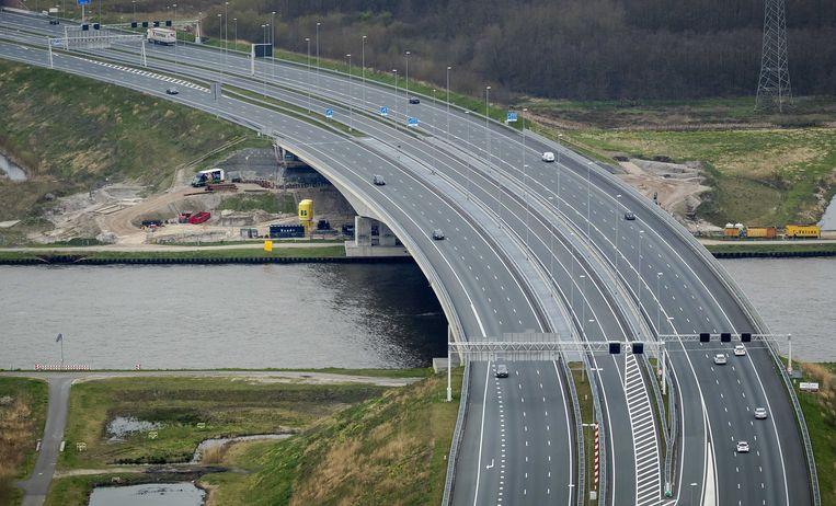 Een ongewoon rustige snelweg A1 ter hoogte van Muiden. Nederland is stilgevallen door het coronavirus.  Beeld ANP