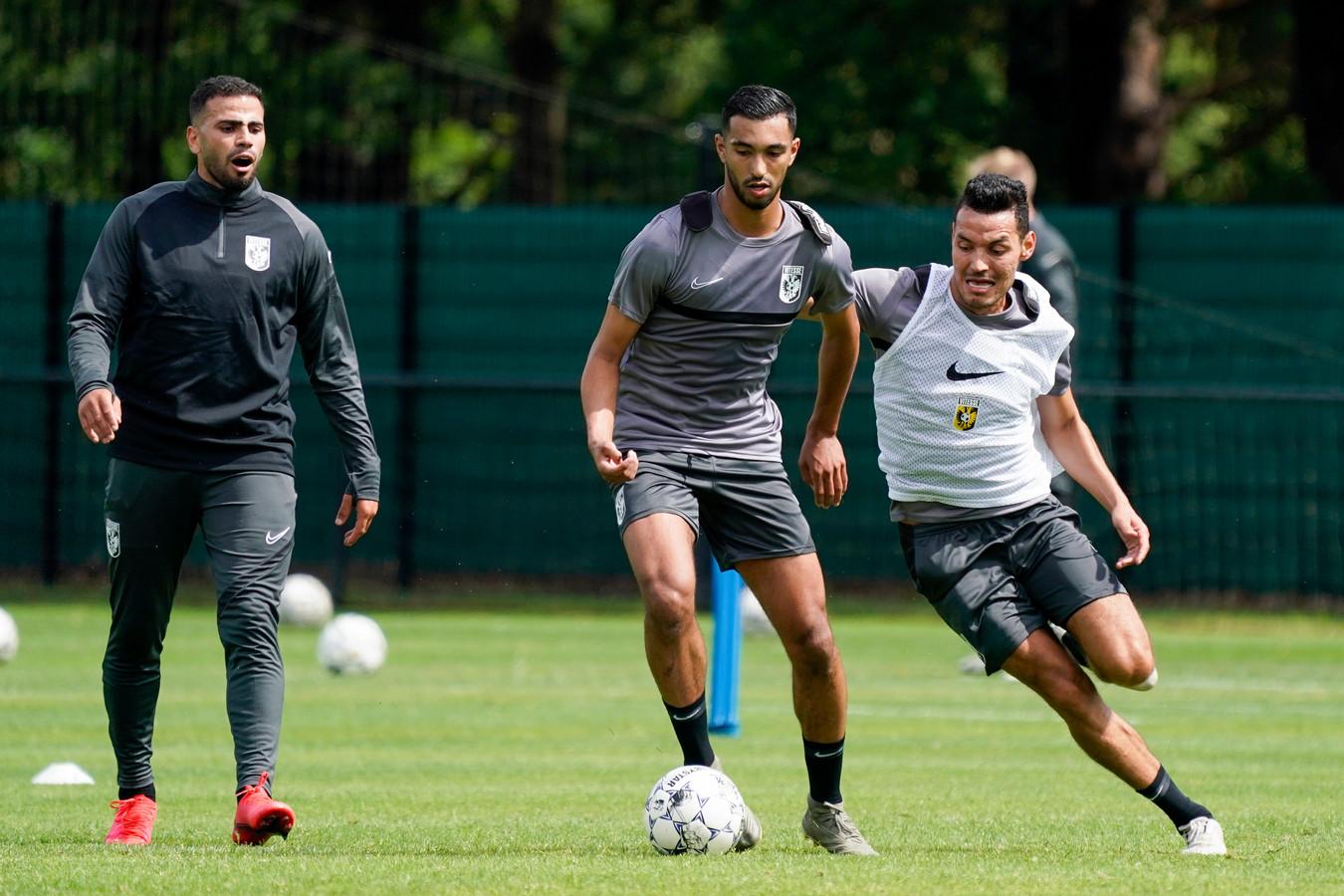 Yassin Oukili duelleert op de training van  Vitesse met Oussama Darfalou. Links Oussama Tannane