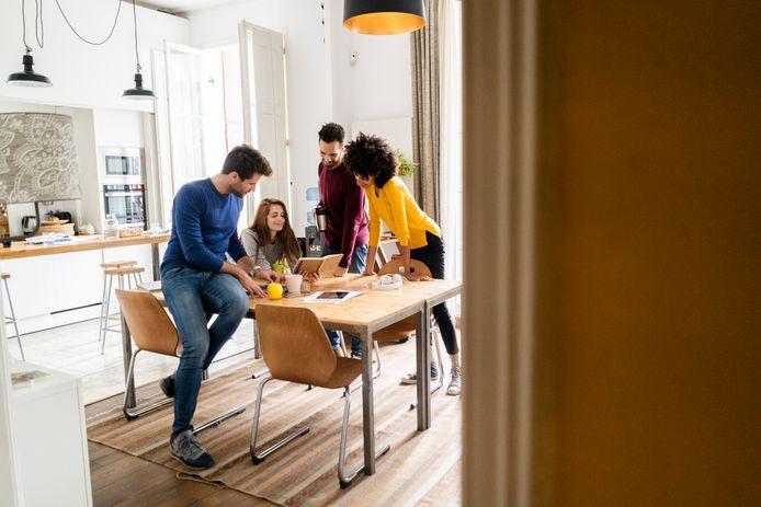 De plus en plus de couples d'amis et jeunes familles se laissent séduire par le logement partagé: une forme de logement communautaire qui suppose que vous achetiez une habitation avec d'autres.