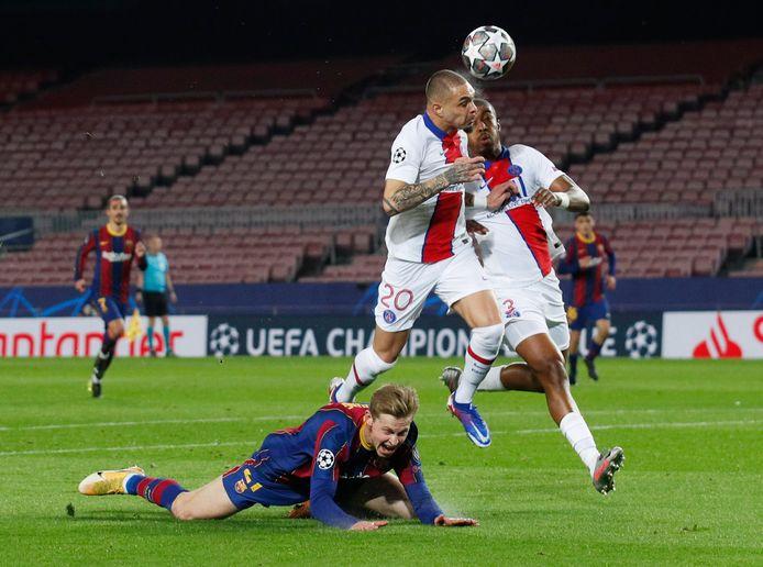 Frenkie de Jong wordt neergehaald, waarna Lionel Messi de 1-0 maakt vanaf de stip.
