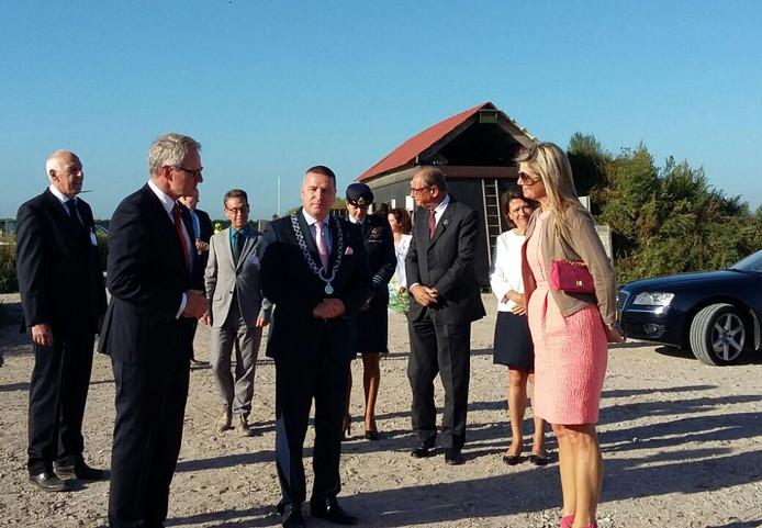 Commissaris van de Koning Han Polman staat koningin Máxima te woord in Colijnsplaat. In het midden burgemeester Delhez van Noord-Beveland.