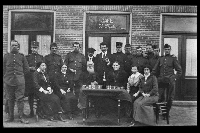 Soldaten en familieleden voor café Mols aan de St. Josephstraat in Dongen. De foto is genomen  tijdens de Eerste Wereldoorlog toen Nederland een neutrale positie innam, maar wel dicht op het vuur zat.  Bij onze zuiderburen, op luttele kilometers van café Mols, was het vier jaar lang immers een bloedvergieten.