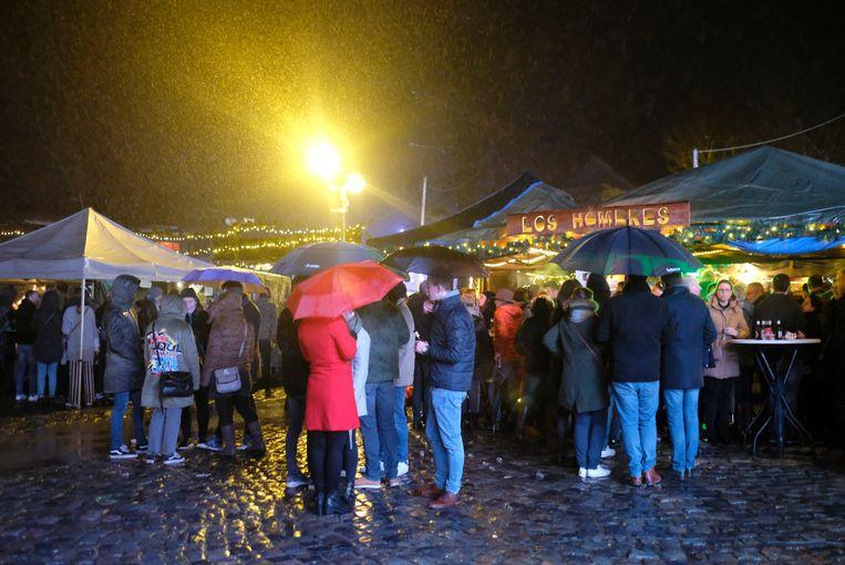De nieuwe locatie van de kerstmarkt deed het goed, ondanks het slechte weer.