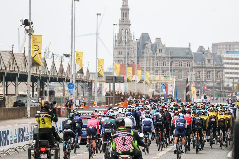 De renners zijn vertrokken uit Antwerpen. Beeld BELGA