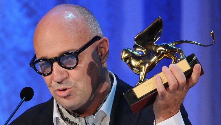 De Italiaanse regisseur Gianfranco Rosi met zijn Gouden Leeuw Beeld epa