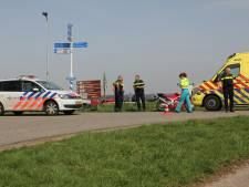 Ambulance met gewonde motorrijder per pontje naar ziekenhuis