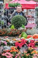 Bloemist Ghislain, woensdagmorgen op de markt in Rollegem.