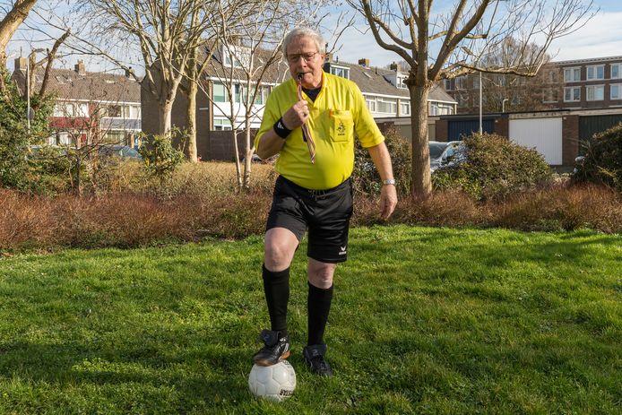 Maarten van den Heuvel is als 80-jarige nog altijd als scheidsrechter actief.