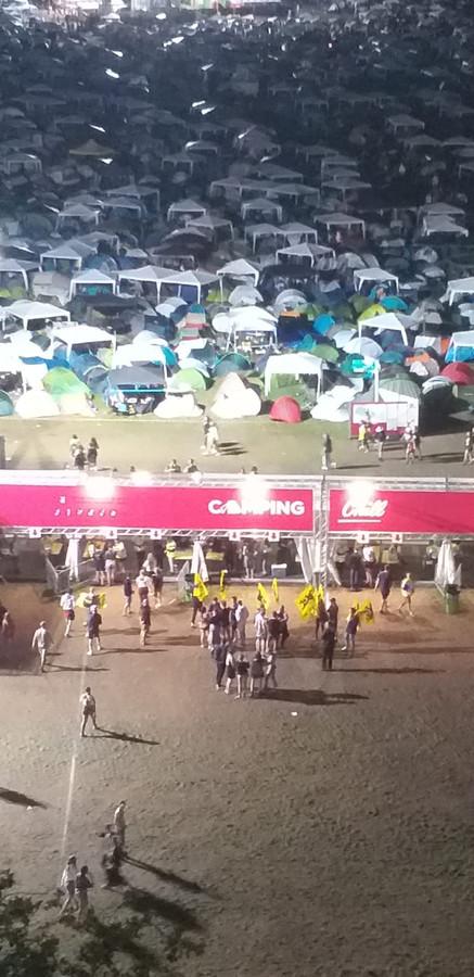 Vanavond verzamelden enkele actievoerders met Leeuwenvlaggen voor camping Chill.