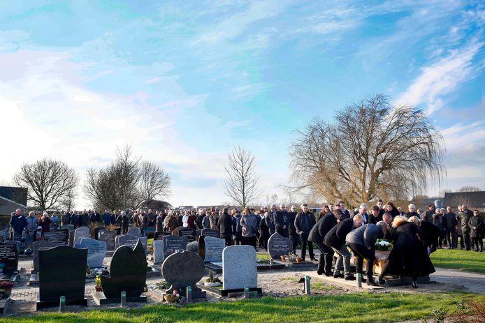 12 februari 2016: de begrafenis van Wim van den Berg op de begraafplaats in Ameide. Familieleden brengen de kist, onder massale belangstelling, naar het graf.
