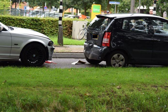 Bij een kop-staartbotsing op de Koningsweg in Vriezenveen is een vrouw gewond geraakt.