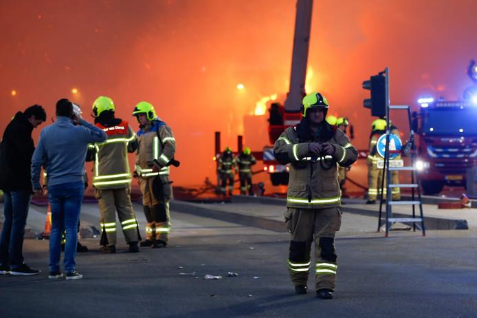 De brandweer is met veel materiaal ter plaatse bij Peute Papierrecycling aan de Veerplaat in Dordrecht.