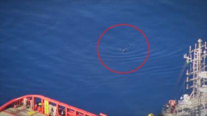 Migrant springt van boot en zwemt honderden meters door zee om niet terug naar Libië te moeten