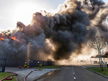 Zeer grote brand bij schildersbedrijf in Oosterhout