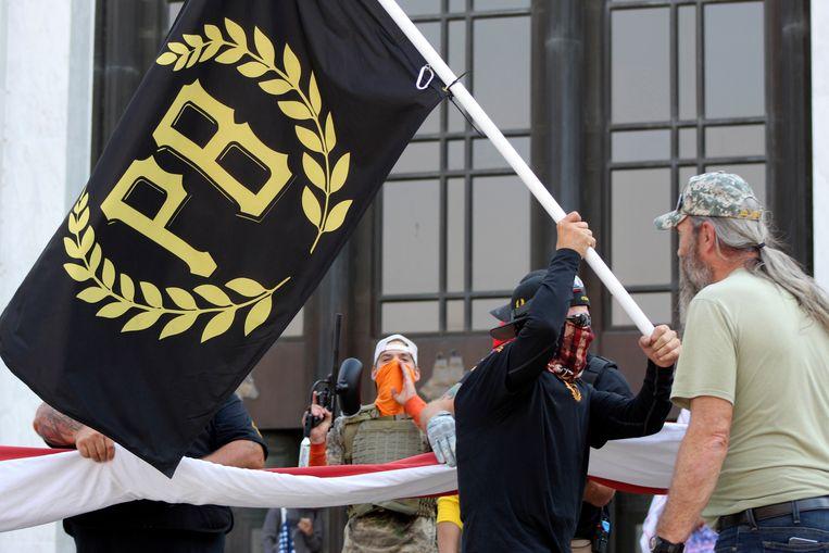 De afkorting op de vlag staat voor Proud Boys, een knokploeg. Beeld AP