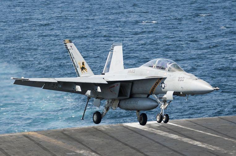 Een F/A-18F Super Hornet voert vanaf het Amerikaanse vliegdekschip USS George H.W. Bush luchtaanvallen uit op IS-stellingen in Syrië. Beeld reuters