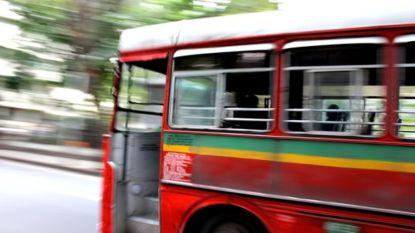 27 Indiase schoolkinderen komen om wanneer bus in kloof stort