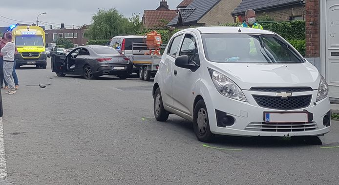 Het ongeval gebeurde ter hoogte van de wegversmalling in de Achterstraat, door geparkeerde voertuig aan beide kanten van de weg. De bestuurster van de Chevrolet wou niet wijken. Achteraf bleek waarom.