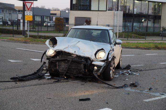 Flinke schade aan een van de auto's na het ongeluk.