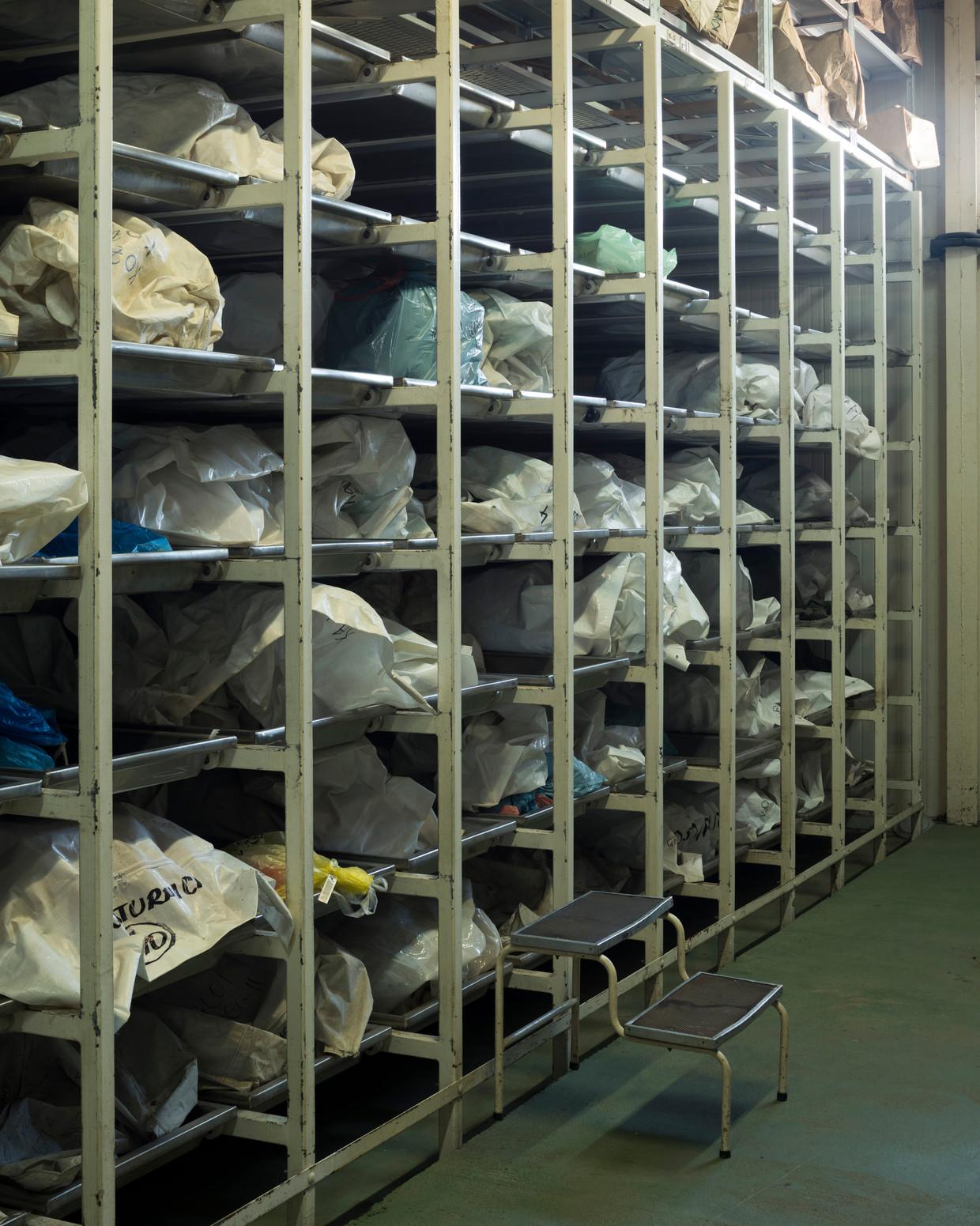 In Tuzla worden de resten bewaard van nog niet geïdentificeerde slachtoffers. Beeld Martino Lombezzi