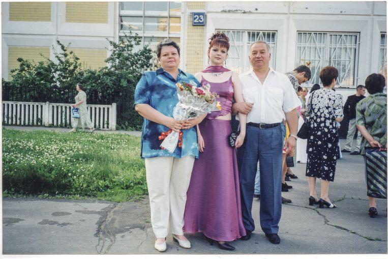 Familieportret van Skripal, vrouw Ljoedmila en dochter Joelia, tijdens haar diploma-uitreiking in 2001. Beeld RV