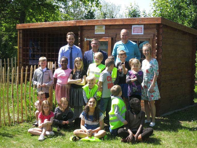 De kinderen van De Klimop brachten als eerste een bezoek aan de bijenhal