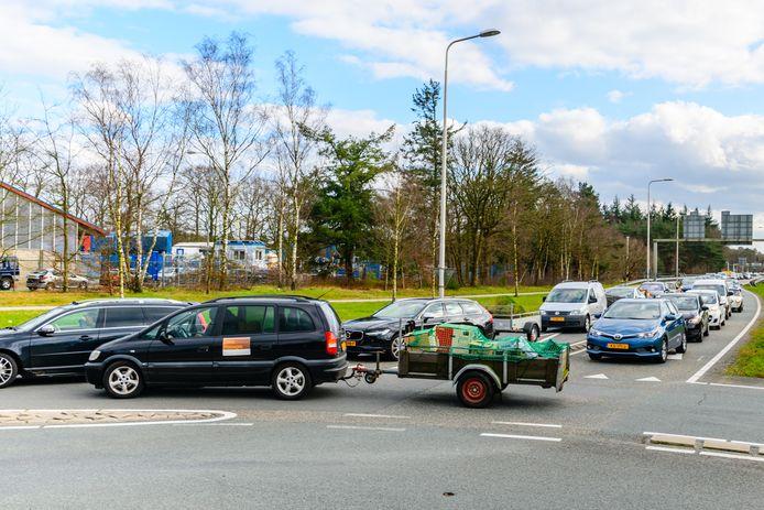 File bij het RMN Afvalstation Soesterberg van de gemeente Zeist. Afgelopen zaterdag kwamen zo'n 600 auto's met afval hun spullen brengen.