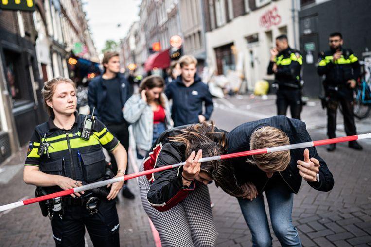 De Lange Leidsedwarsstraat, waar De Vries werd neergeschoten, wordt ontruimd door de politie.  Beeld Joris van Gennip