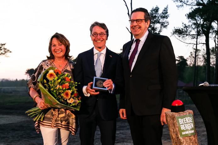 Karin en Dirk Lips met provinciepenning, uitgereikt door gedeputeerde Bert Pauli.
