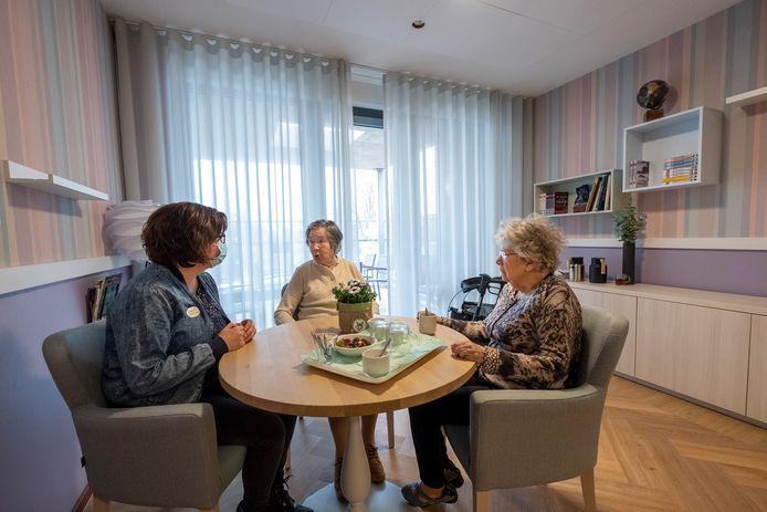 Medewerkster Chantal Ellams, Minny van Gemert en rechts Fien van Soelen.