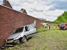 Auto botst op gebouw na aanrijding in Goirle, bestuurder gewond