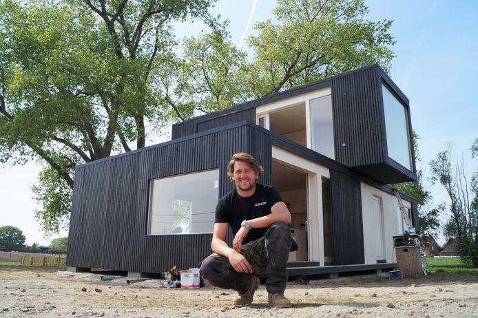 Michiel De Backer bij zijn nieuwe woonst in Lichtervelde.