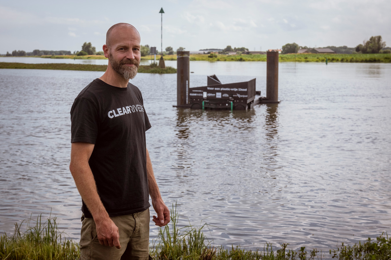 """Ramon Knoester bij de plasticvanger: ,,Als we langer mogen blijven, zouden we het liefst nog meer vangers in de IJssel plaatsen."""""""