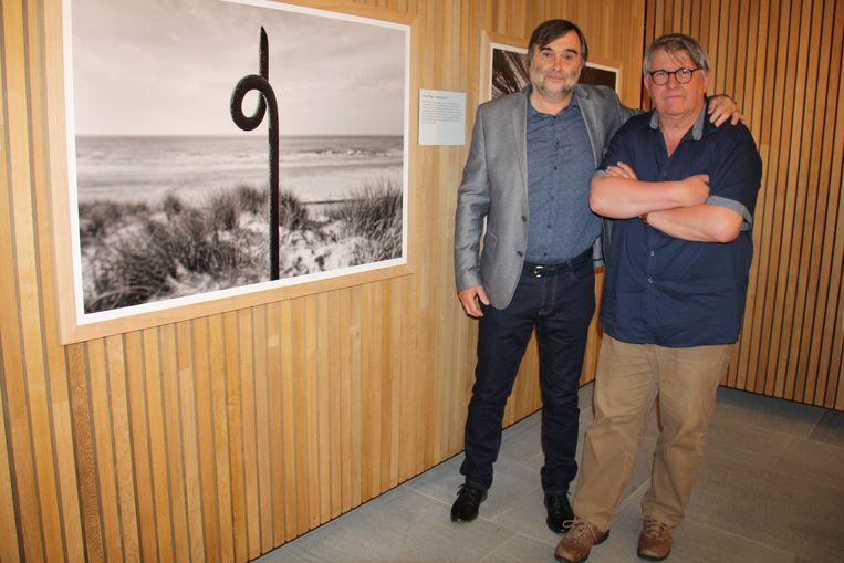 Fotograaf Michiel Hendryckx exposeert in Westfront met 'Oorlog aan Zee - honderd jaar later'. Hier poseert hij met jeugdvriend Patrick Vanleene die hem vroeg zo'n fotoreeks te maken