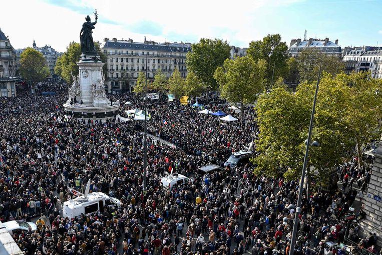 Op de Place de la République in Parijs hebben betogers zich verzameld als eerbetoon aan de vermoorde docent. Beeld AFP