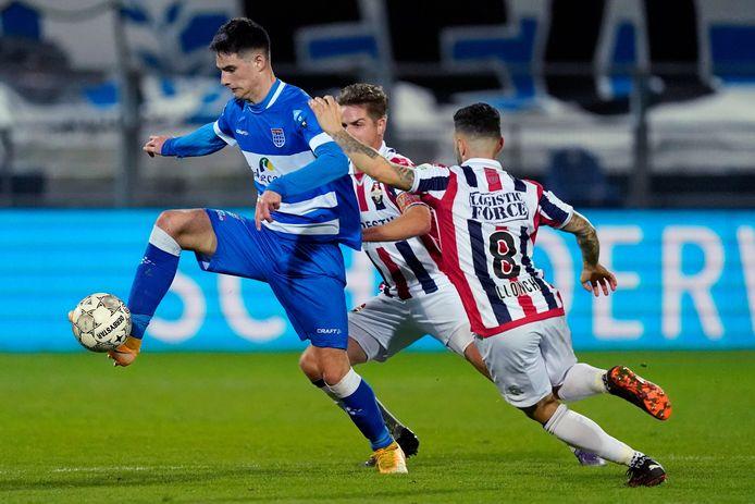 PEC-spits Slobodan Tedic is tijdens de thuiswedstrijd tegen Willem II (0-0) te snel voor Jordens Peters en Pol Llonch. In Tilburg ontbreekt de Servische spits. Net als Mustafa Saymak is hij geblesseerd.