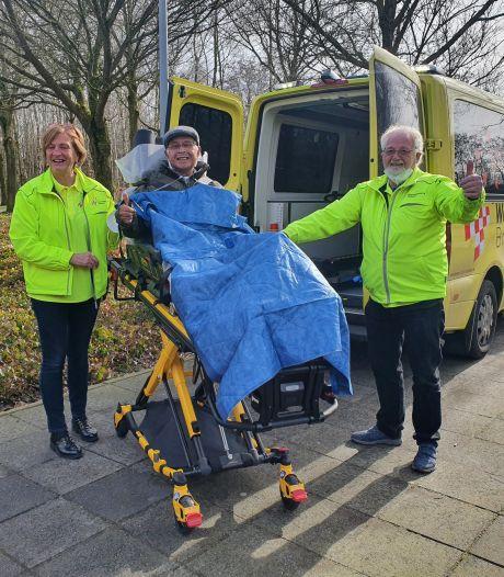 Vrouw van zieke Albert (79) overlijdt terwijl hij nét in ziekenhuis ligt, WensAmbulance geeft hem toch afscheid