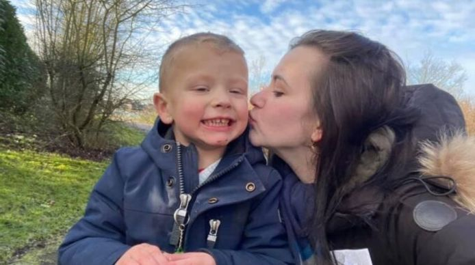 Jaxx met zijn moeder Kelly.