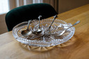 Het zilveren bestek is ook onderdeel van het servies van de familie Zion.